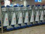 Gepäckwagen mit Werbeflächen am Flughafen Genf (Foto: APG|SGA)
