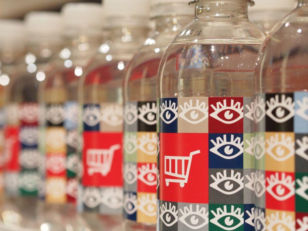 Retail ist ein Schwerpunkt: Flaschen mit Logo der Wincor World 2014 (Foto: TK/ invidis.de)