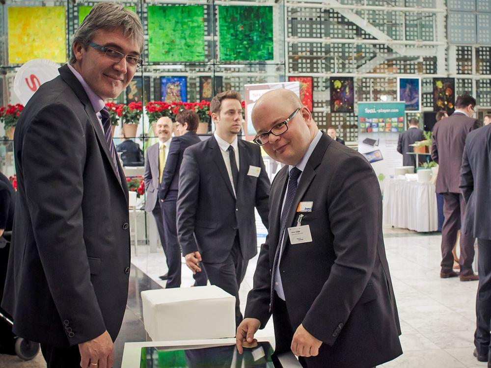 Oliver Seeger (rechts im Bild) und Hans Depner von iiyama