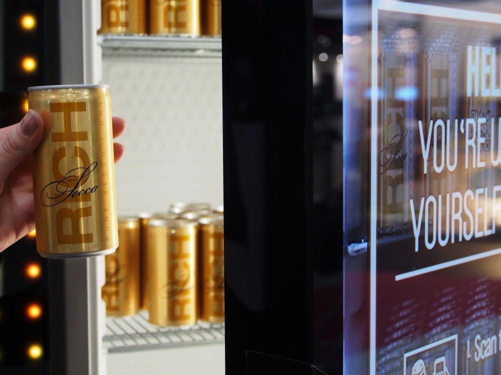 Cheil zeigt interaktiven Anmach-Kühlschrank: Rich Bitch Fridge auf der EuroShop 2014 (Foto: TK/ invidis.de)
