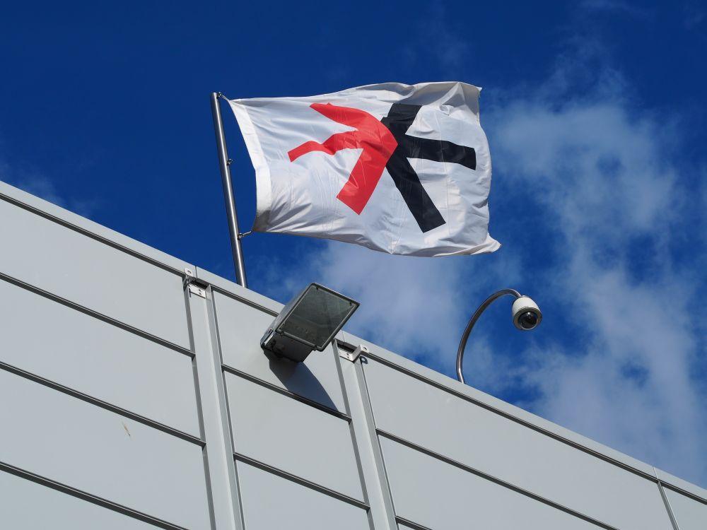 EuroShop 2014: Flagge auf einer Messehalle am sonnigen Eröffnungstag (Foto: TK/ invidis.de)