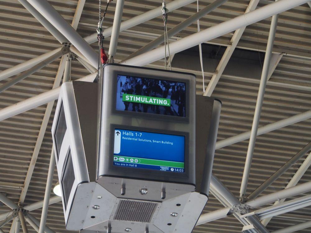 """Stimulating"": Deckenmonitor in Halle 8 am Montagnachmittag (Foto: TK/ invidis.de)"