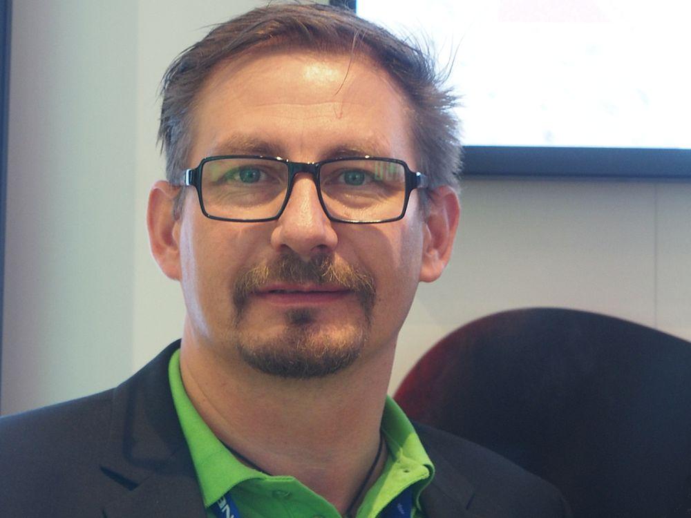 Beim invidis-Interview auf der ISE 2014 spricht Stephan Peters über das Bekenntnis von NEC zu offenen Standards (Foto: TK/ invidis.de)
