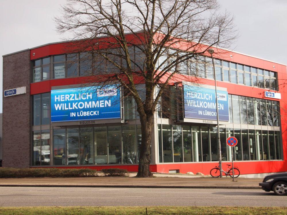 Über Eck installiert: Video Walls bei Kabs in Lübeck (Foto: BIGLED)