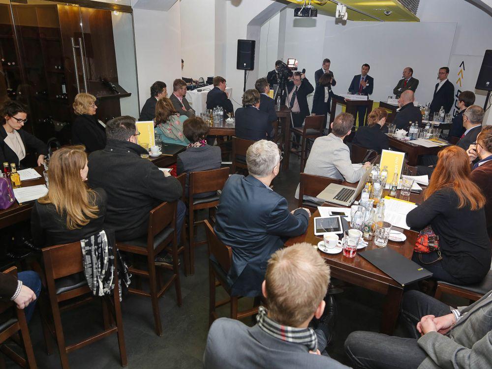 Beuscher und Podium bei derDiskussion über die Zukunft im Einzelhandel (Foto: Kapsch AG/APA-Fotoservice/Tanzer)