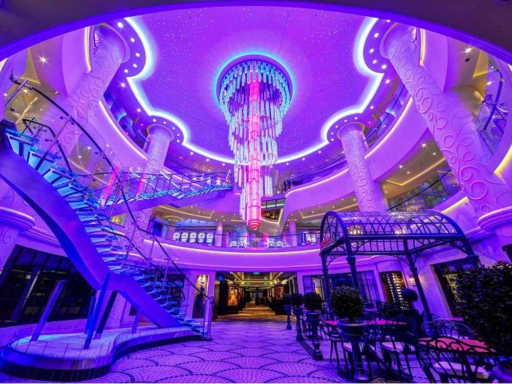 NCL-Schiff mit LED: Atrium der Norwegian Breakaway (Foto: Osram)