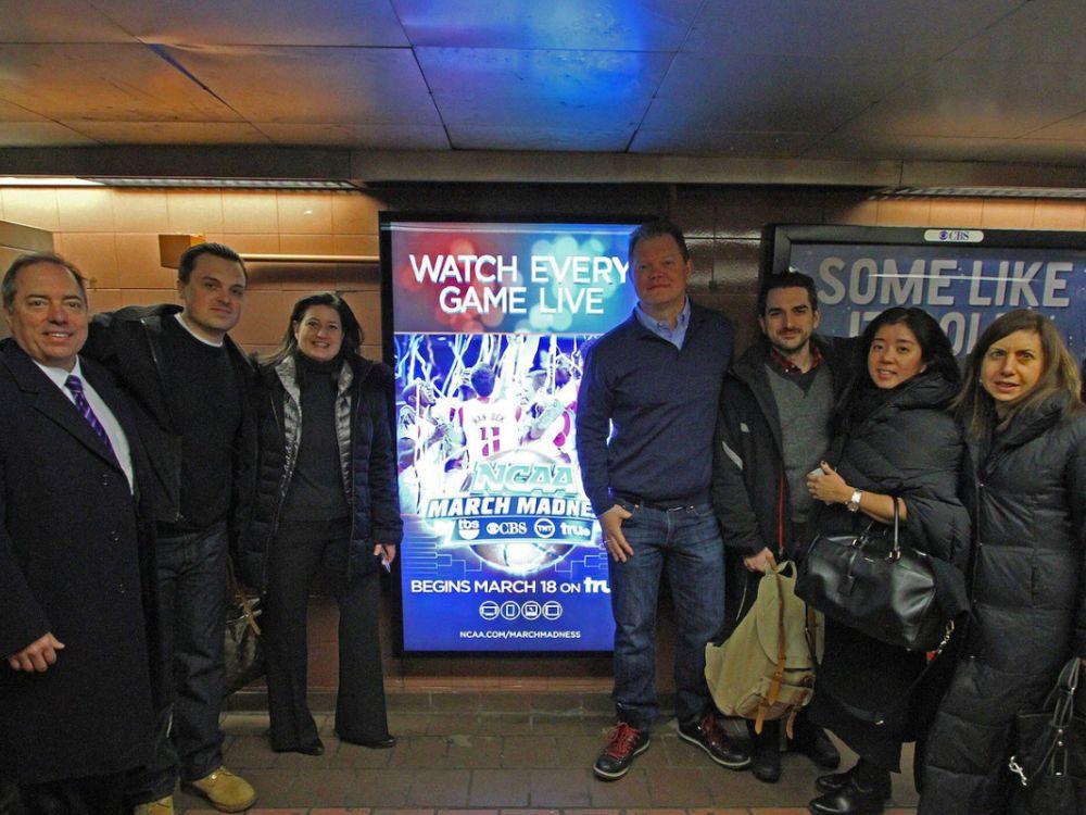 CBS Outdoor und Turner Broadcasting in New York bei der Eröffnung des U-Bahn-DooH-Netzes (Foto: CBS Outdoor)