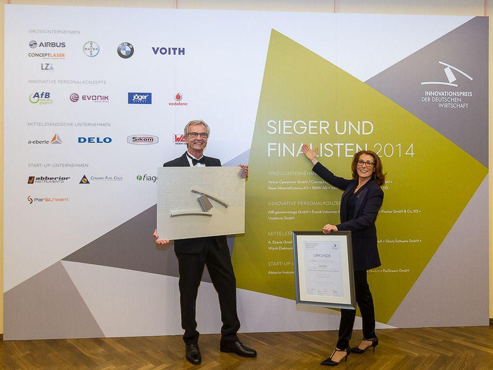 DELO : Geschäftsführende Gesellschafter Dr. Wolf-Dietrich Herold und Sabine Herold nehmen den Preis entgegen (Foto: DELO)
