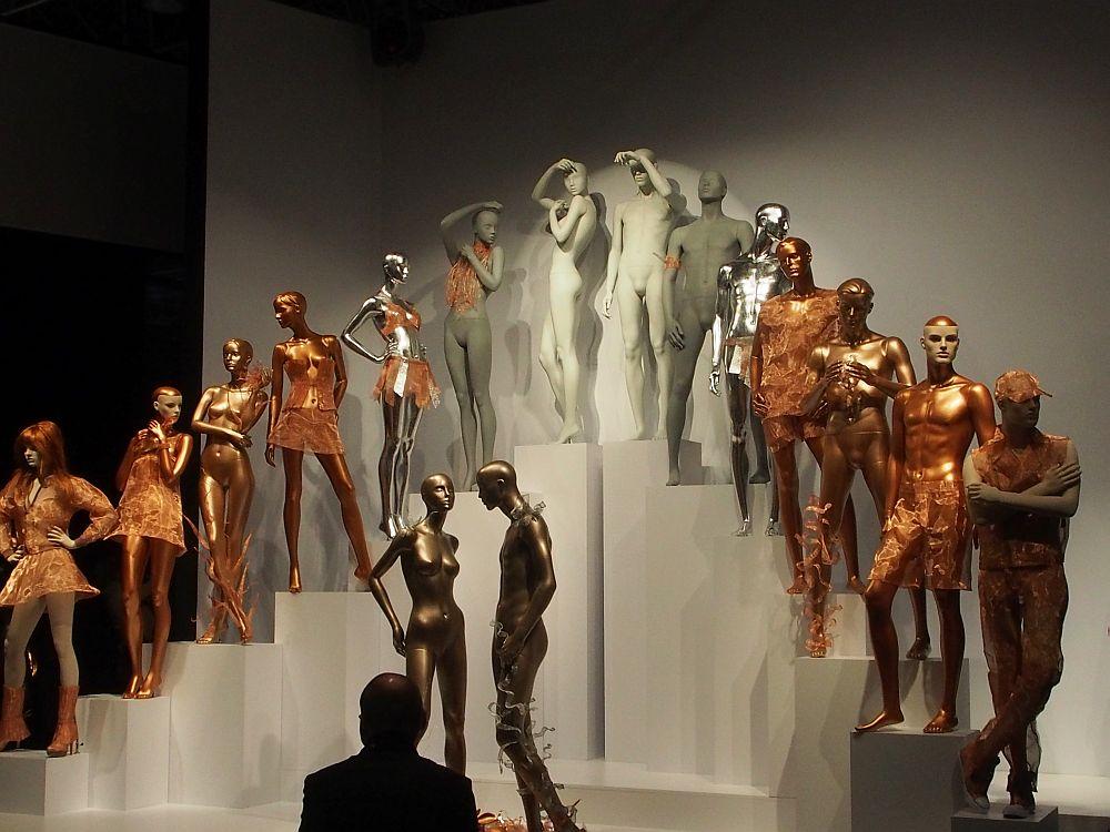 Perfekt inszeniert: Messestand mit Mannequins auf der EuroShop 2014 (Foto: TK/ invidis.de)