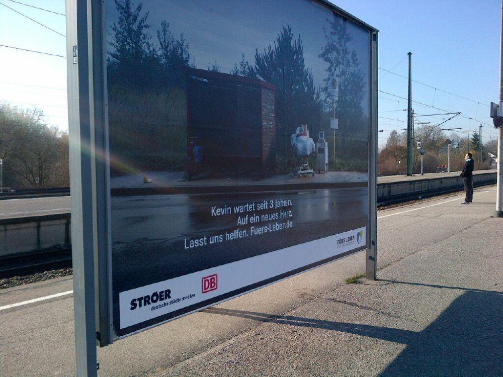 """""""Fürs Leben""""-Kampagne 2014: Plakat am Bahnhof Freising (Foto: TK/ invidis.de)"""