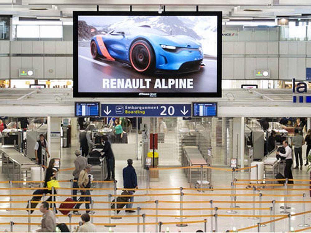 Airportwerbung und DooH sind JCDecauxs Umsatz-Perlen - Kampagne für Renault Alpine am Flughafen in Orly (Foto: JCDecaux)