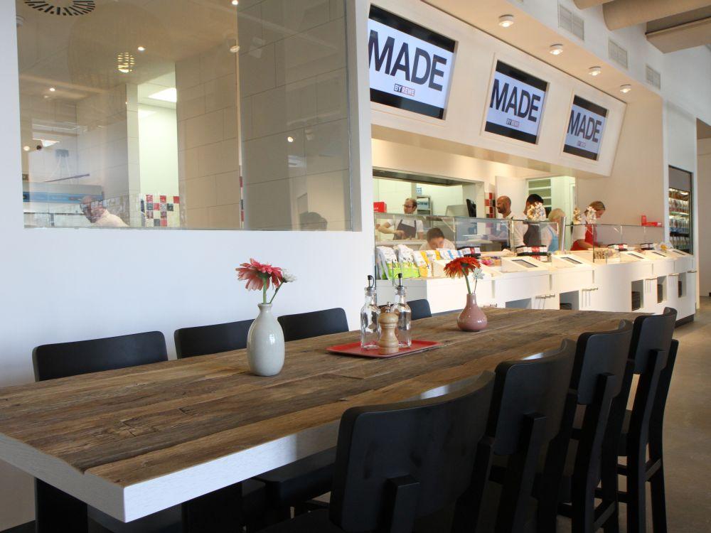 """""""MADE by REWE"""" - Gastronomie in der Vorkassenzone (Foto: REWE)"""