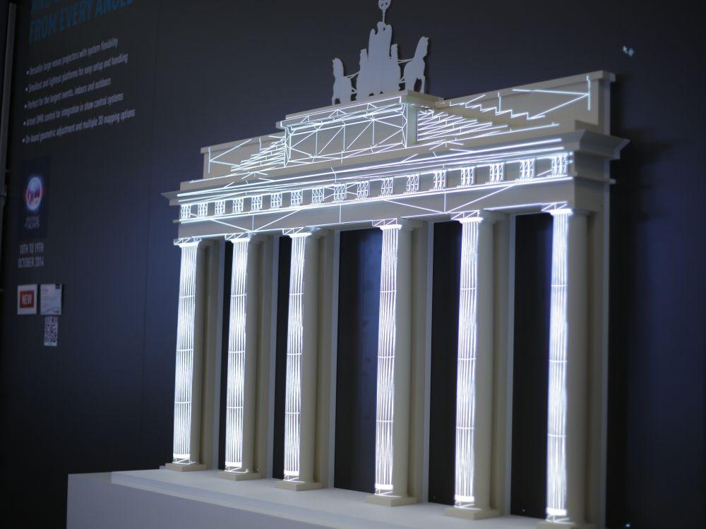 An einer Replik des Brandenburger Tors will man auf der Prolight + Sound die Mapping-Features des PT-DZ16K zeigen (Foto: Panasonic)