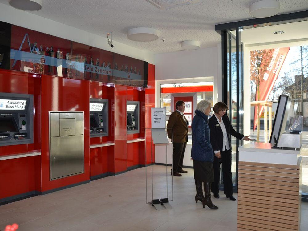 Sparkasse Dachau, Filiale Karlsfeld Zentrum: Set Ende 2013 interaktives Tool (Foto: NCR)