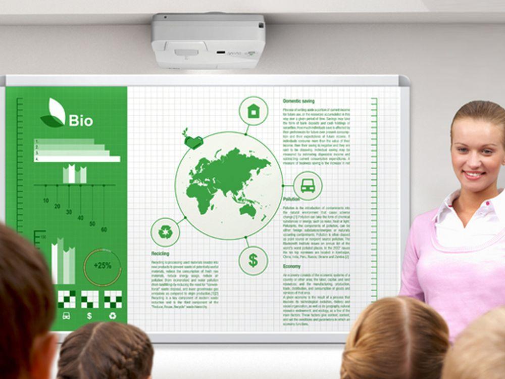 Ultrakurzdistanzprojektor der UM-Serie im Schuleinsatz (Foto: NEC)