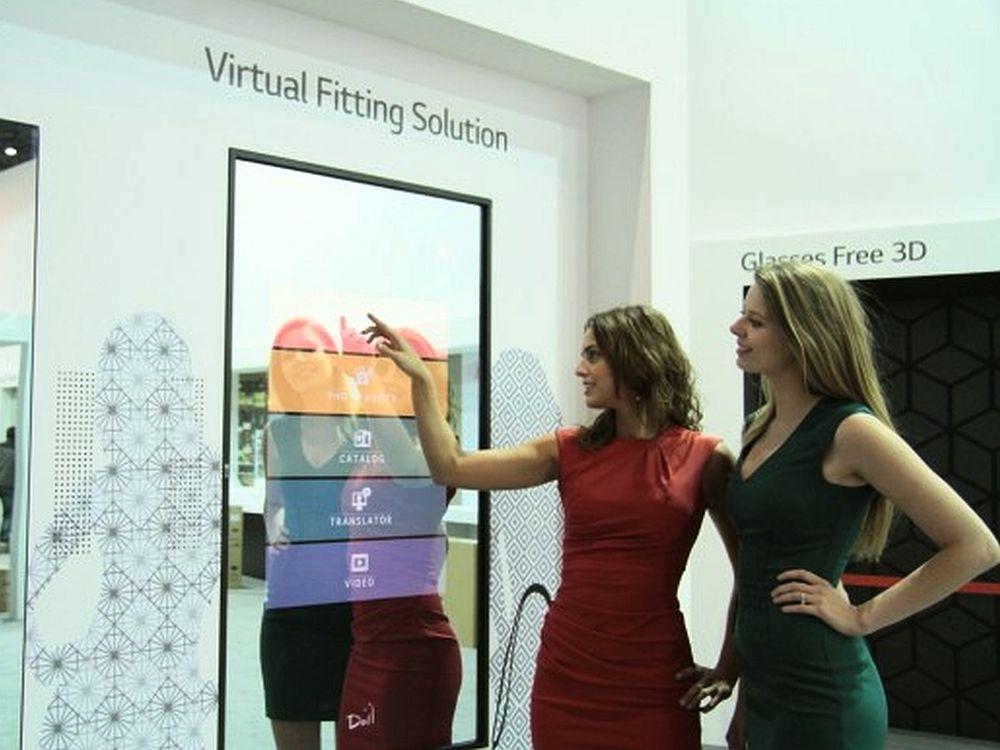 Digital Signage im Sektor Retail - 55-Zöller von LG als Virtual Fitting Solution auf der ISE 2013 (Foto: LG UK)