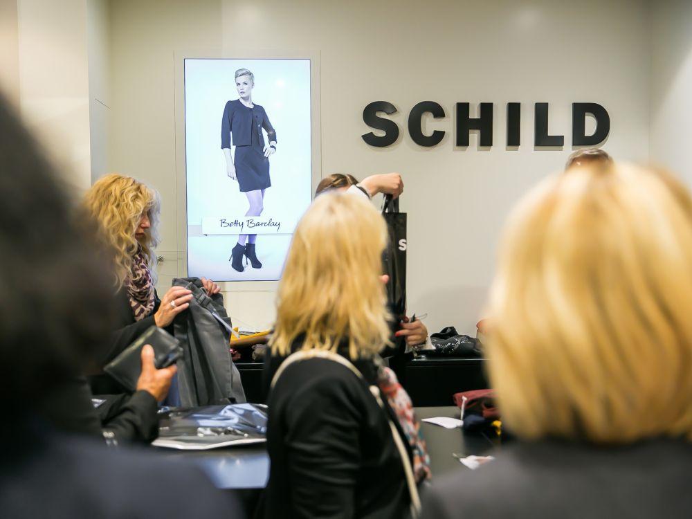 Wondersign-Installation beim Modehändler Schild Schweiz (Foto: Wondersign)