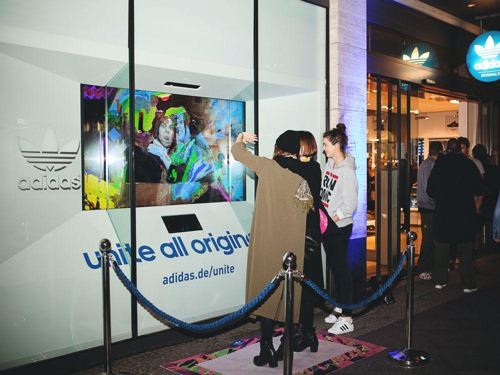 adidas-Kampagne: Interactive Screen vor Store Front eines Flagshipstores (Foto:)