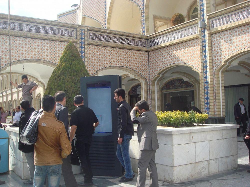 imotion Outdoor-Display am Imam-Reza-Schrein im Iran (Foto: imotion)