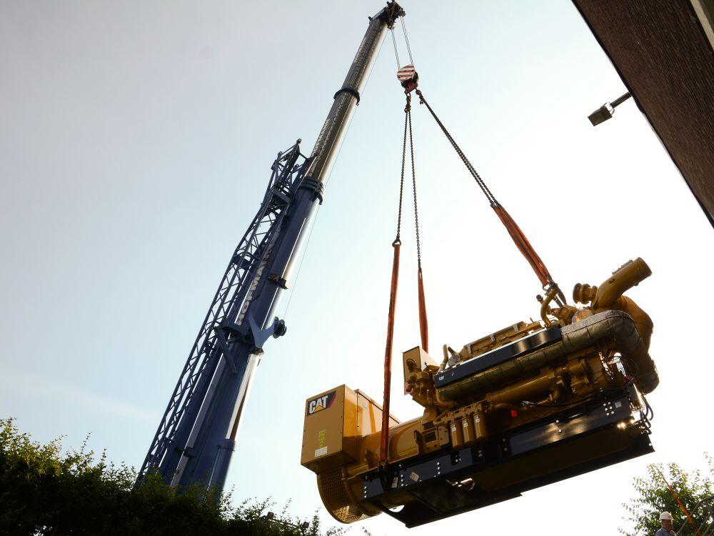 Neues BHKW: Anlieferung eines der neuen Motoren (Foto: Wincor Nixdorf)