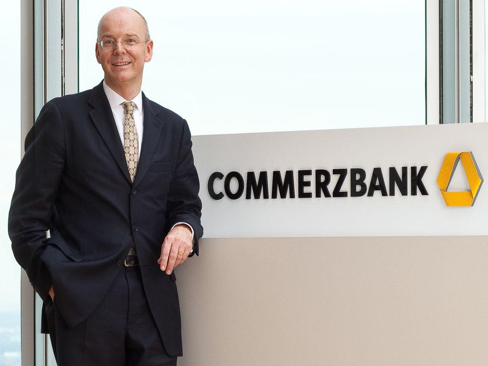 CEO Martin Blessing vor dem Logo, das im Juni 2010 eingeführt wurde (Foto: Commerzbank)