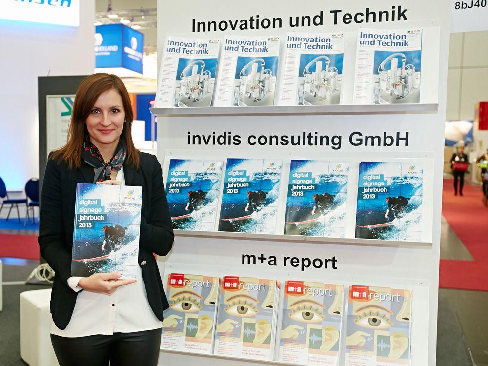 Verteilung des invidis Digital Signage Jahrbuchs auf der Viscom 2013 (Foto: Behrendt & Rausch Fotografie)