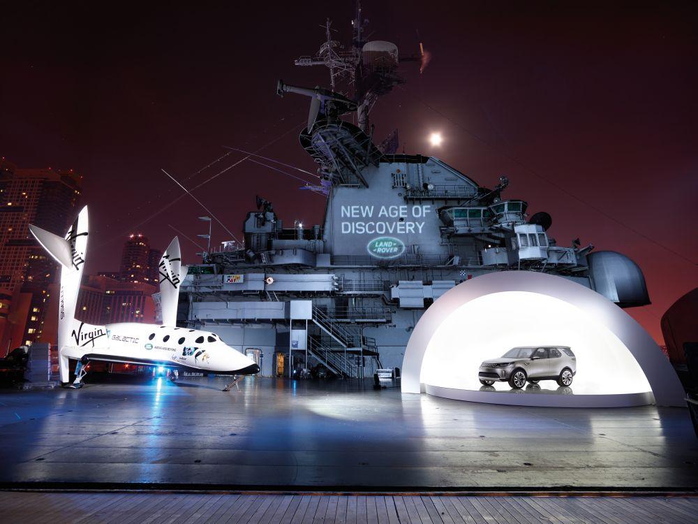 Mit Raumschiff und Kriegsschiff: Vorstellung des neuen Discovery in New York (Foto: Land Rover)