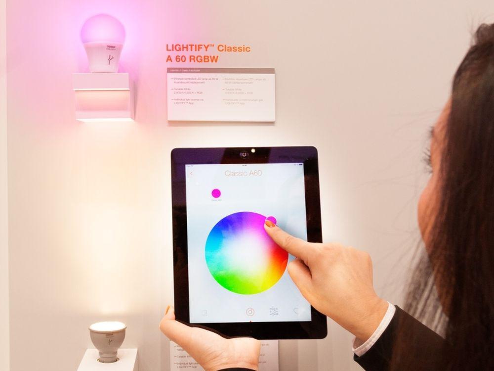 Osram zeigt die App Lightify mit der Nutzer via Smartphone oder Tablet sowie WLAN die Leuchtmittel eines Gebäudes ansteuern können (Foto: Osram)
