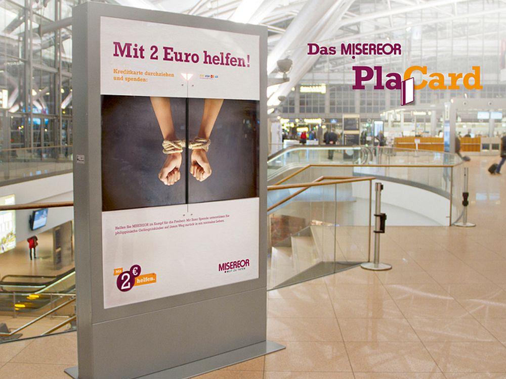 """Das """"PlaCard"""" visualisiert die große Wirkung einer kleinen Spende in Echtzeit (Foto: Kolle Rebbe)"""