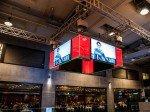 Auch die Restaurantbereiche (hinten im Bild) verfügen über Signage-Lösungen (Foto: Samsung)