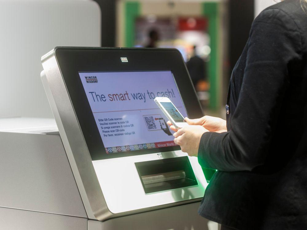 Mit Services wie Smart ATM können Smartphones anstatt Bankkarten genutzt werden (Foto: Wincor Nixdorf)