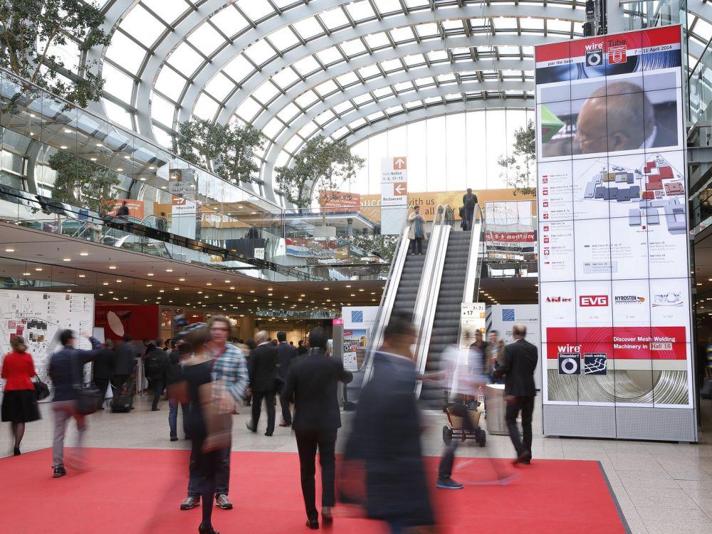 Weg mit statischen Infowänden: Die Messe Düsseldorf informiert in der Halle nun lieber dynamisch (Foto: Messe Düsseldorf/ www.fotografie-wiese.de)