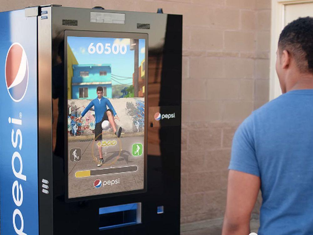 Via YouTube erweitert Pepsi seine #FutbolNow-Kampagne: Jetzt tourt diese Vending Machine durch die Welt (Screenshot: invidis.de)