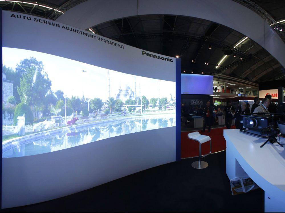 Präsentation auf der ISE 2014: Projektion auf unebener Fläche. Rechts außerhalb des Bildes der zweite Projektor (Foto: Panasonic)