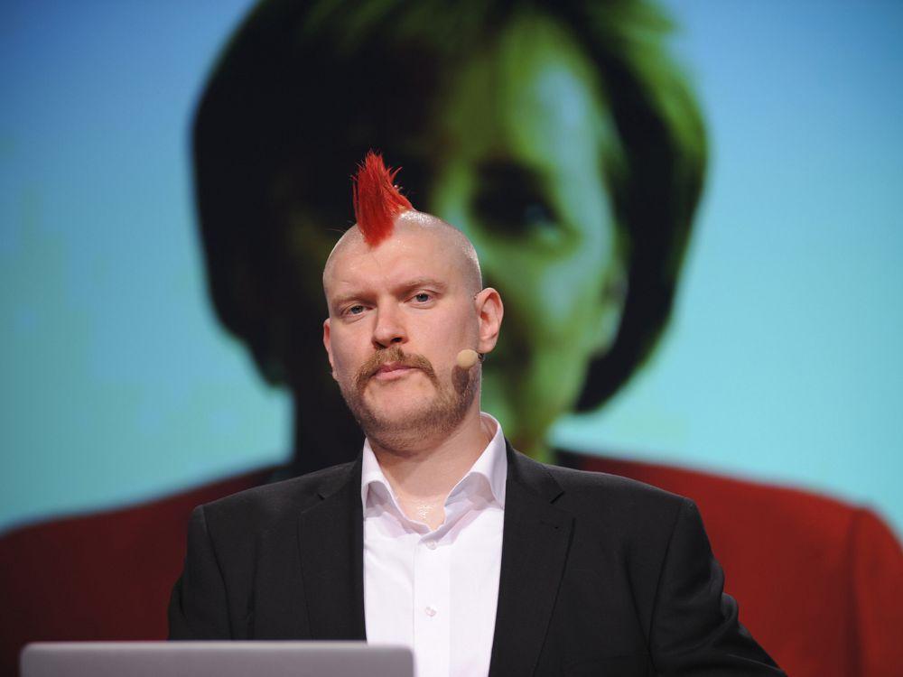 Auf der re.publica 2013: Sascha Lobo vor einem Bild von Angela Merkel (Foto: re:publica)