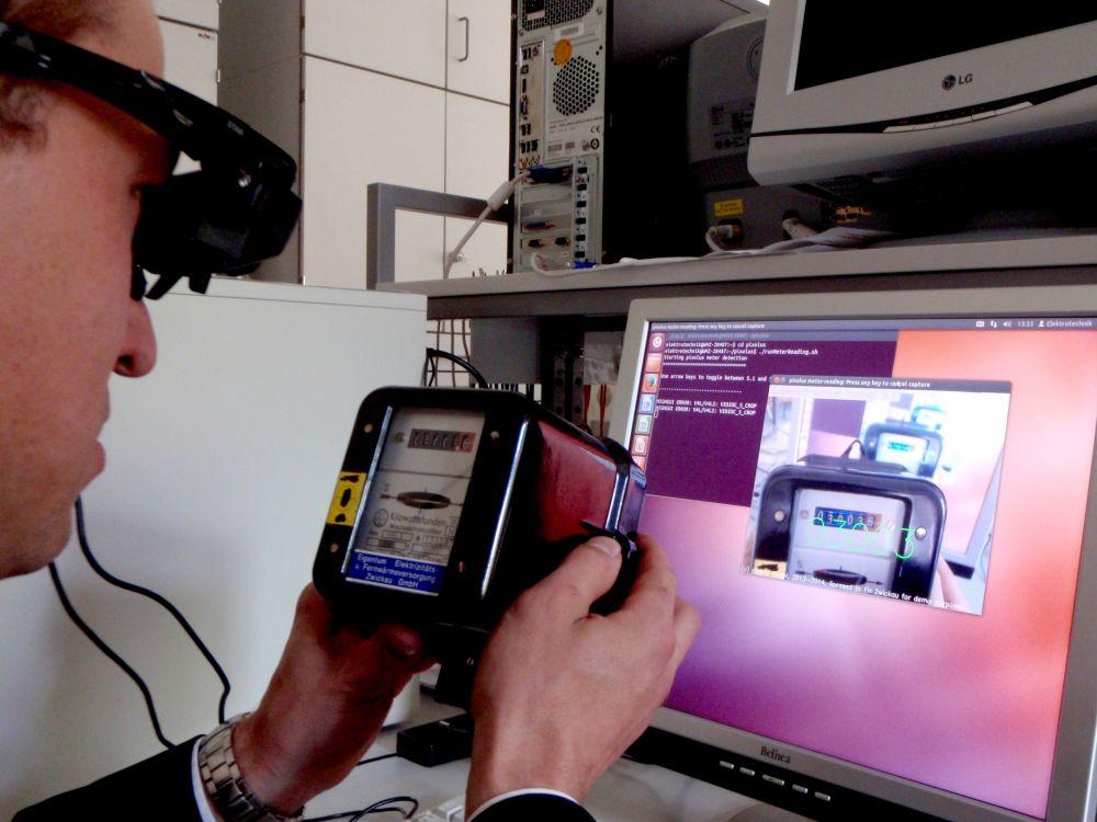 Mit der neuen Datenbrille können die Anzeigen von Wasser- oder Gaszählern pfeilschnell erfasst werden (Foto: WHZ)