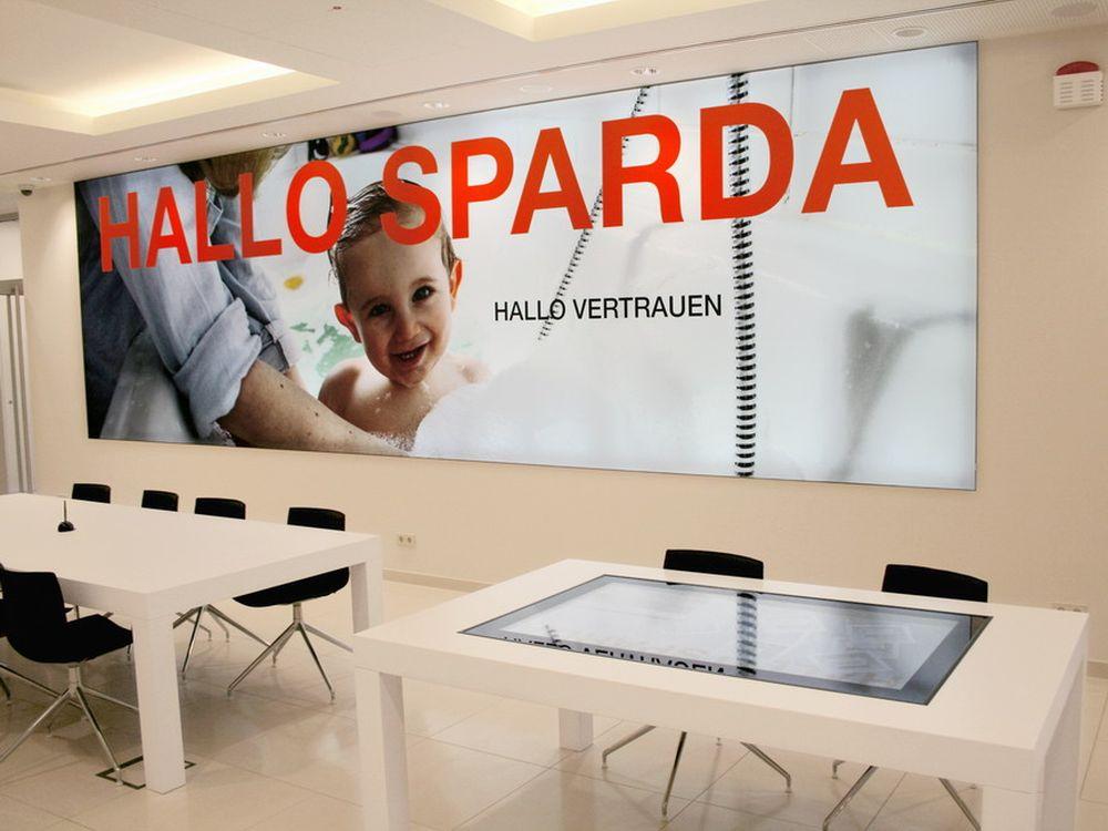 Multitouch tisch (vorne) in der neuen Cottbusser Filiale der Sparda-Bank Berlin (Foto: engram)