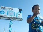 Plakat als Wasserspender. UTEC-Billboard von 2013 (Foto: UTEC)