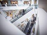 Lichtdurchflutete Shopping Mall: Rolltreppen in der Westside (Foto: Migros Aare)