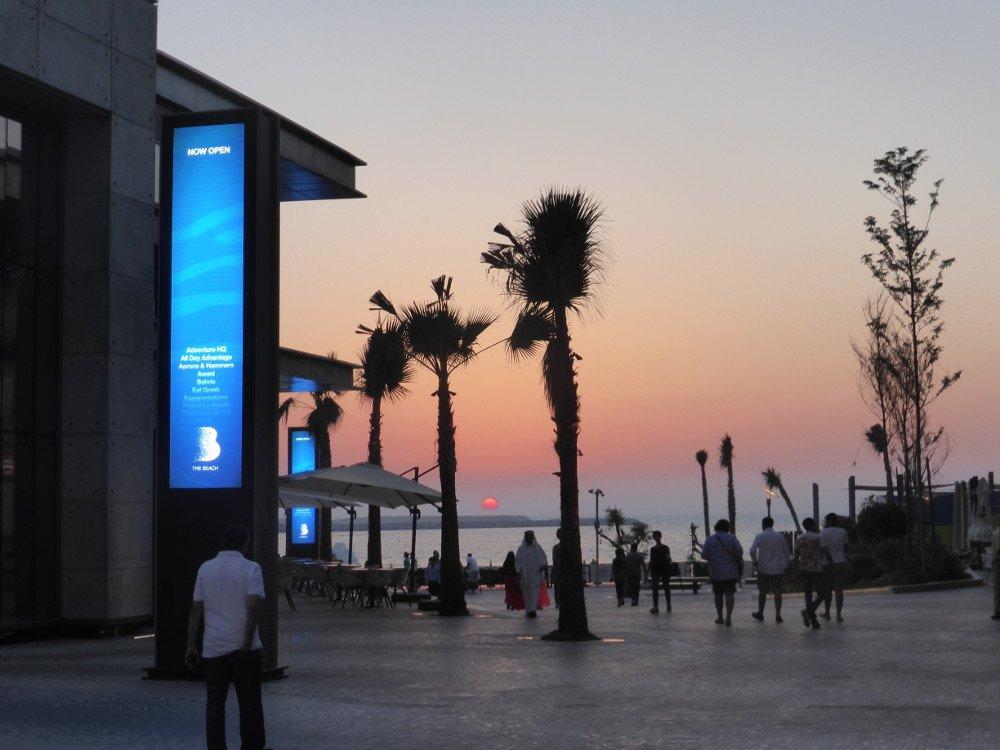 DooH Installationen bei The Beach in Dubai (Bild: invidis)