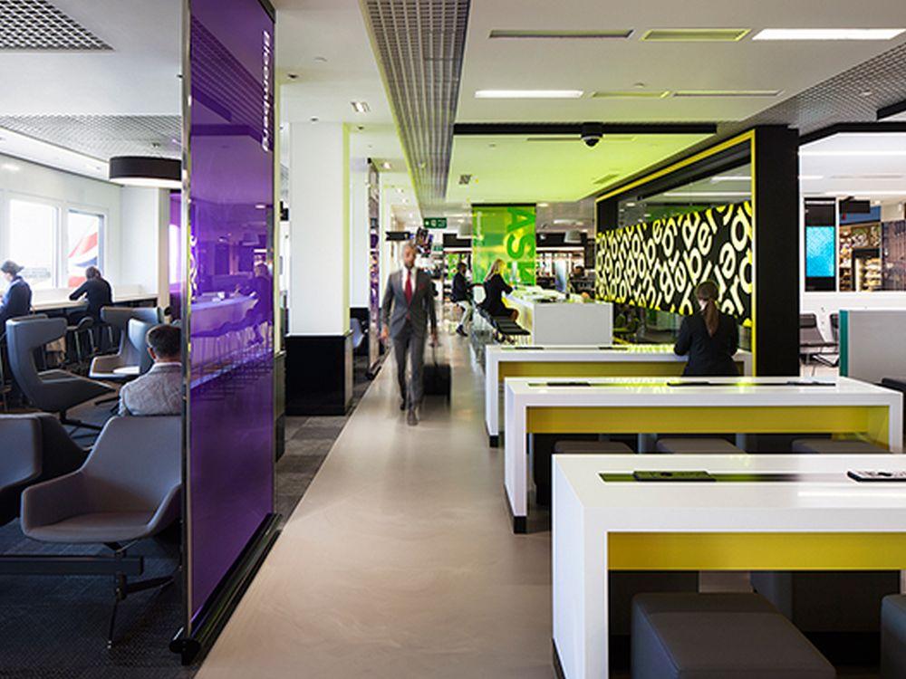 Rechte Bildhälfte: Arbeitsplätze mit Bloomberg-Terminals und -Tablets (Foto: Bloomberg)