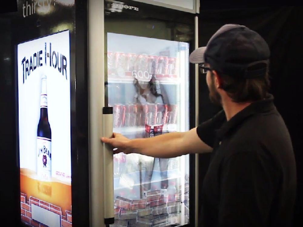 Bewirbt Coke, Mineralwasser oder Jim beam: neuerDigital Signage Kühlschrank von Coca Cola (Screenshot: invidis.de)