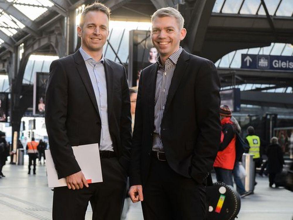 Warten noch bis Juli am Gleis: Lukas Lauwiner und Chris Mühlemann von APG|SGA Rail (Foto: APG|SGA)