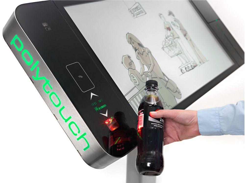 Polytouch 32000 mit Barcodescanner und Colaflasche (Foto: Pyramid)