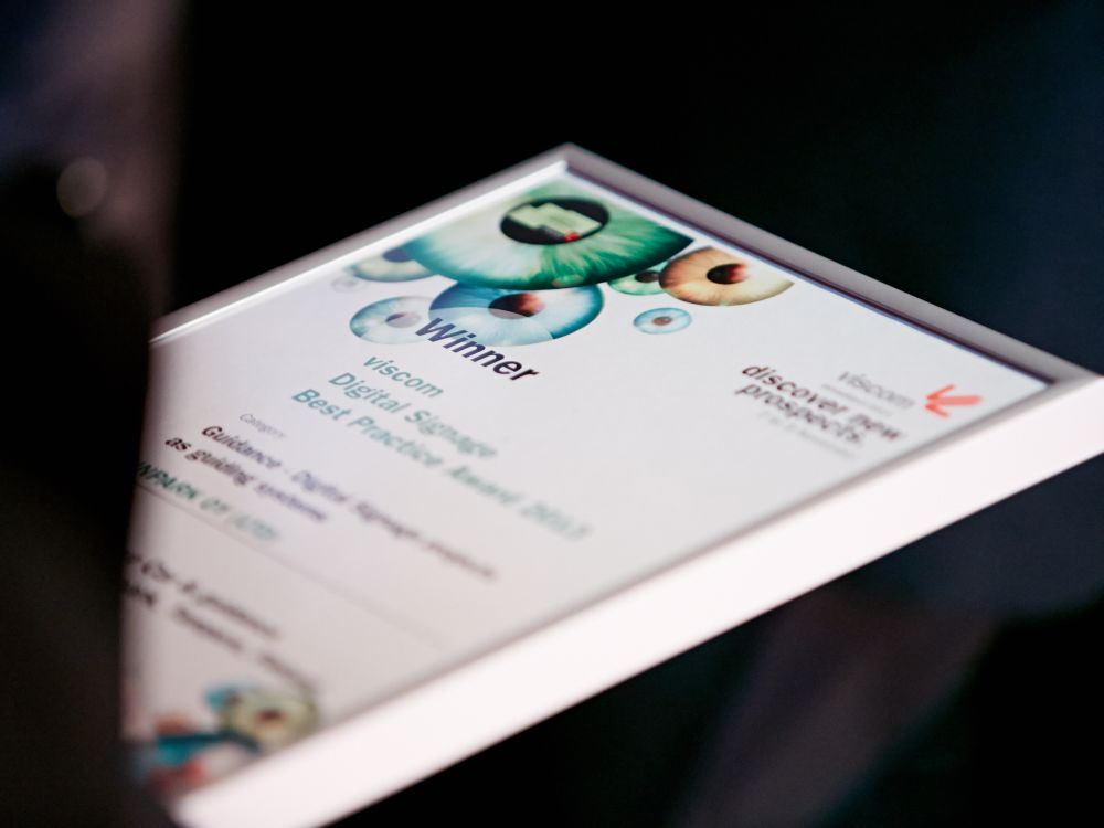 Urkunde zum Digital Signage Best Practice Award (Foto: Viscom)