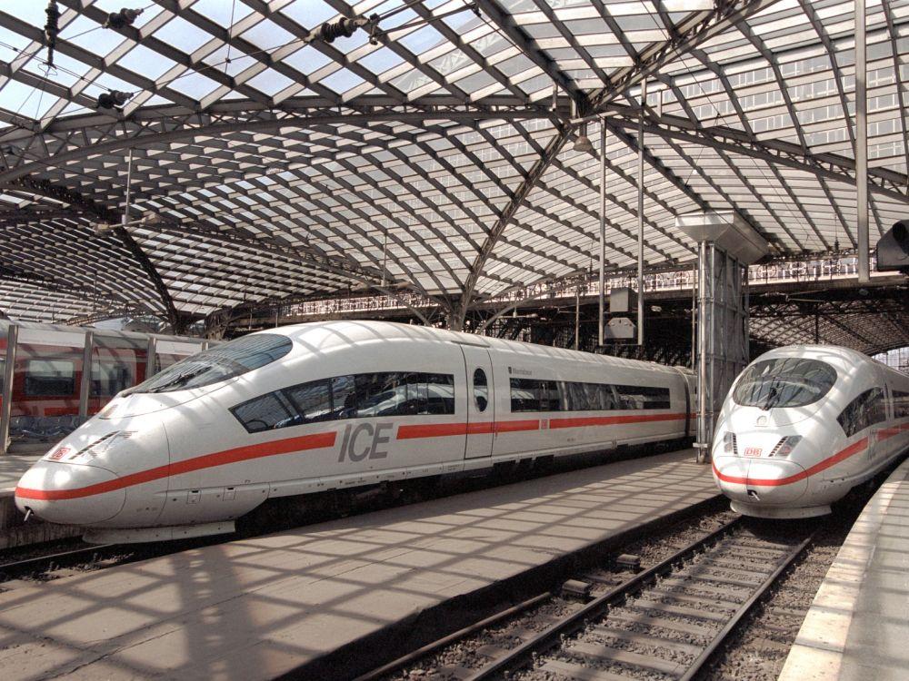 ICE 3 -Züge in der Bahnsteighalle am Hbf Köln (Foto: Deutsche Bahn/ Max Lautenschläger)