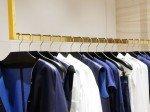 Maison Ullens Kleiderstange mit Ware (Foto: Zumtobel)