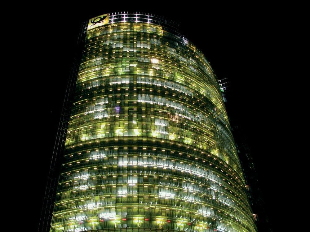 Post Tower bei Nacht - Lichtkunst von Yann Kersalé (Foto: DHL)