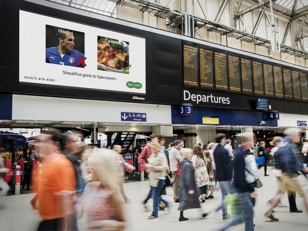Specsavers' kurzfristige WM-Kampagne an einem britischen Bahnhof (Foto: JCDecaux UK)