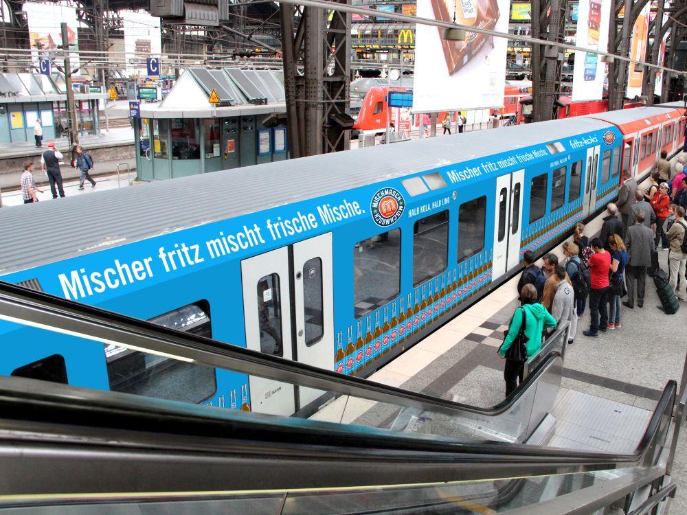 DB-S-Bahnzug mit Werbung (Foto: Ströer)